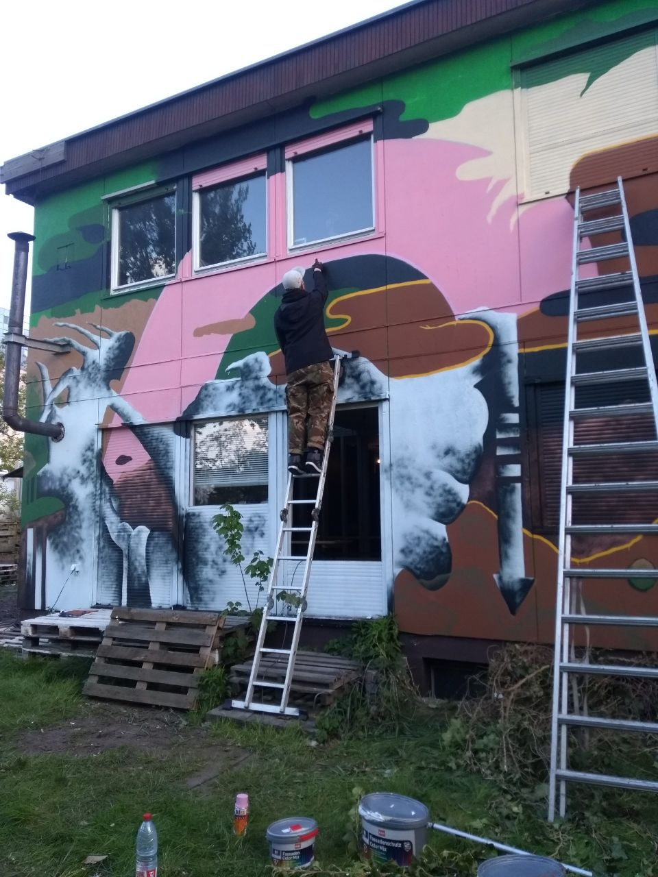 Bulky Savage at work on a collaboration with @abwasserschwimmer for the record store Latitude in Berlin. (Photo supplied by Bulky Savage)